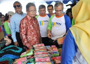 Wagub Jateng Heru Sudjatmoko, didampingi Aria Bima Anggota DPR RI, GPH Puger dari Keraton Kasunanan Surakarta, Komisaris dan Direktur Utama PT PNM saat mengunjungi stan UMK