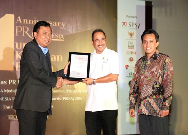 Menpar Arief Yahya menerima penghargaan The 1st PR Indonesia Media Relations Awards and Summit (PRIMAS)