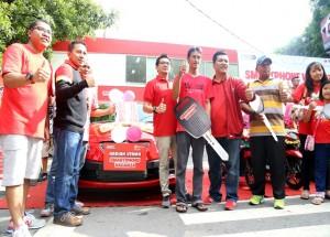 Manager Branch Solo Telkomsel, Gede KD Budiawan saat menyerahkan hadiah utama Mobil Honda Brio kepada pemenang Smartphone Vaganza Telkomsel, Joko Setiawan