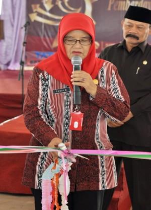Dasih_Ketua BP3AKB memotong pita untuk pembukaan pameran produkkomunitas