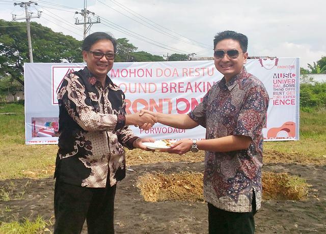 Operator hotel Azana saat menerima potongan tumpeng dari owner Front One Hotel