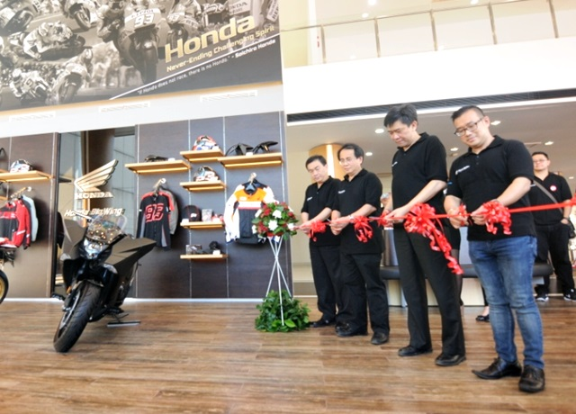 Pemotongan pita tanda diresmikannya Astra Motor Center Semarang sebagai salah satu jaringan Big Wing Honda di Indonesia