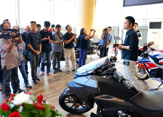 Penjelasan mengenai fasilitas dan layanan Big Wing Area oleh Big Bike Manager Astra Motor Center Semarang