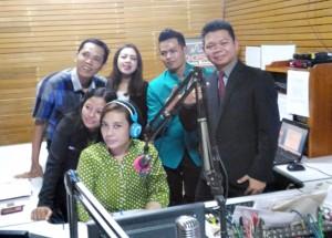 Manajemen Grand Amira Hotel foto bareng announcer  Pas fm Solo usai talk show.  Senin (6/6/2016)