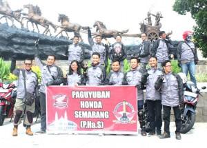 Satu Hati Community Act - Komunitas Jurnalis Jawa Tengah saat berfoto bersama di depan patung kuda Boyolali, saat touring GTR 150. Sabtu (18/6/2016)