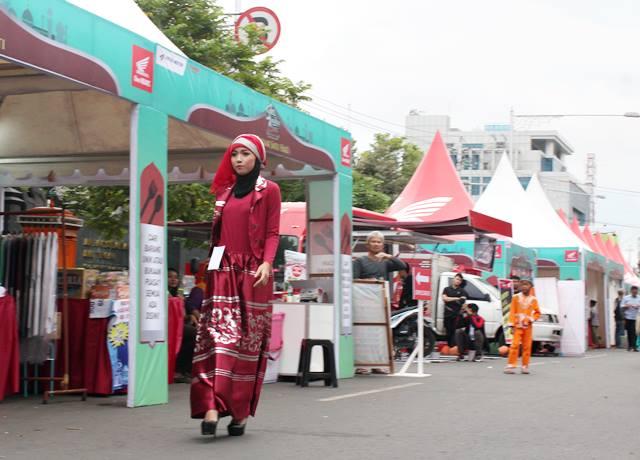 Satu Hati Religious Act – salah satu peserta fashion show busana muslim saat berjalan di stage jalan Pahlawan Semarang. Sabtu (18/6/2016