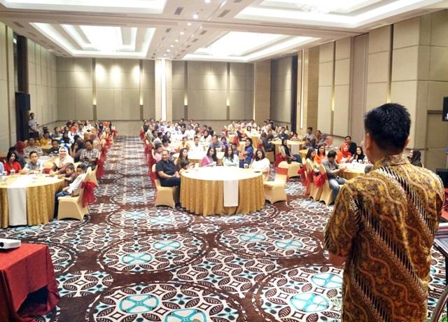 CEO PT Azana Hotel Management, Dicky Sumarsono saat memberikan sambutan pada acara Halal Bi Halal dan Silaturrahmi didepan ratusan karyawannya yang selalu meningkat setiap tahunnya. Selasa (19/7/2016)