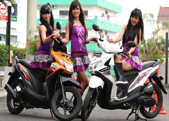Sejumlah model berpose bersama produk keluaran terbaru Honda BeAT-FI di Balroom Hotel Aston, Palembang, Senin (29/10/2012). BeAT-FI mengusung konsep sport progresif dipadukan inovasi teknologi. Dibekali mesin handal 110cc PGM-FI, BeAT-FI menghasilkan performa lebih baik, efisien, dan ramah lingkungan. (TRIBUN SUMSEL/M AWALUDDIN FAJRI)