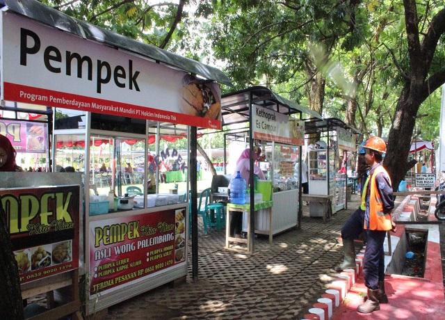 Suasana teduh dan sejuk di RTH Taman Damar Asri dimanfaatkan oleh masyarakat untuk usaha kuliner aneka makanan yang digemari masyarakat.