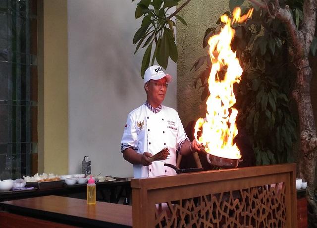 Chef Budi saat memperagakan keahliannya