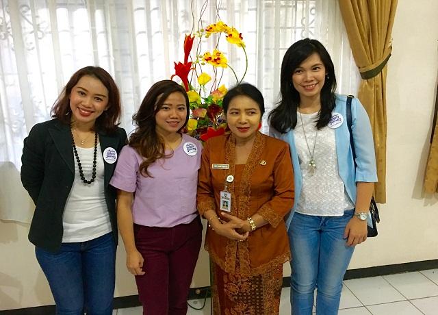Tim Marina bersama ibu Kepala Sekolah SMK Negeri 3 Surakarta, Dra. Sri Haryanti, M.M.