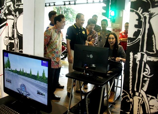 Alexandra Asmasoebrata sedang mencoba fasilitas Honda Riding Trainer (HRT) di Astra Motor Safety Riding Center Yogyakarta, ditemani CEO Astra Motor Sigit Kumala (kiri) dan Head of ESR Division PT Astra International Riza Deliansyah (kedua kiri)