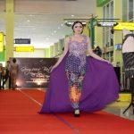 Sunan Hotel Solo Peragaan Busana Batik di Bandara