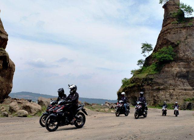 Anggota Paguyuban Honda Semarang (PHaS) menyusuri brown canyon menjajal ketangguhan Supra GTR 150