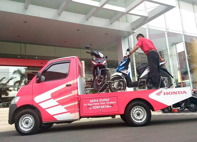 Seorang delivery man sedang mempraktekan cara pengiriman menggunakan Honda Jateng Quality Car