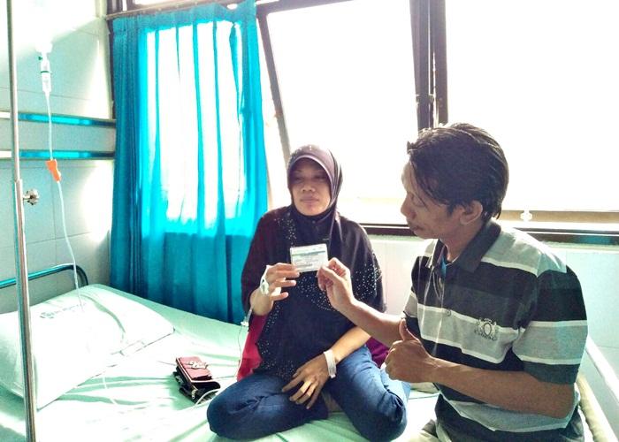 Maryanti dan suaminya Imam Yulianto, saat menunjukkan kartu kepesertaan BPJS Kesehatan JKN-KIS, saat dirawat di RS Dr. Mowardi Solo. Selasa (14/3/2017)