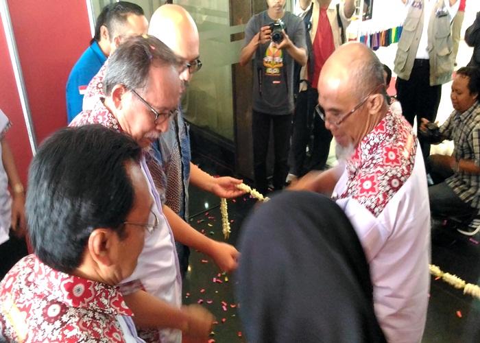 Ketua Harian BPP Asosiasi Pertekstilan Indonesia (API) Jateng, Lilik Setiawan, di dampingi Adi Putra, Ketua Panitia, dan Gareng S Haryanto, Ketua Kadin Solo saat memotong pita pembukaan pameran IAPE 2017, di DSCC. Kamis (2/3/2017)