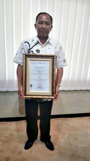 Direktur BPR Bank Daerah Utama Sudarsito, saat menerima penghargaan Annual Report Award (ARA) 2015.