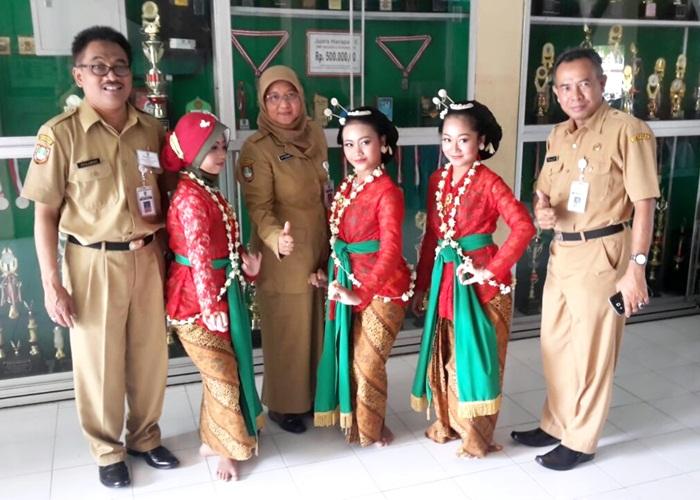Kadinas, Kabid PTK, Kabid SMP beserta penari Gambyong SMP Negeri 8 Surakarta.
