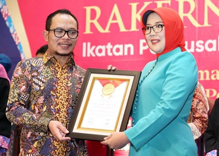 Heru Suprihati Raih Top Eksekutif Muslimah Bidang Management Korporasi 2017