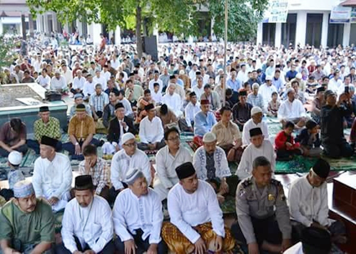 6000 Jamaah Sholat Idul Fitri Penuhi Halaman Auditorium Unisri