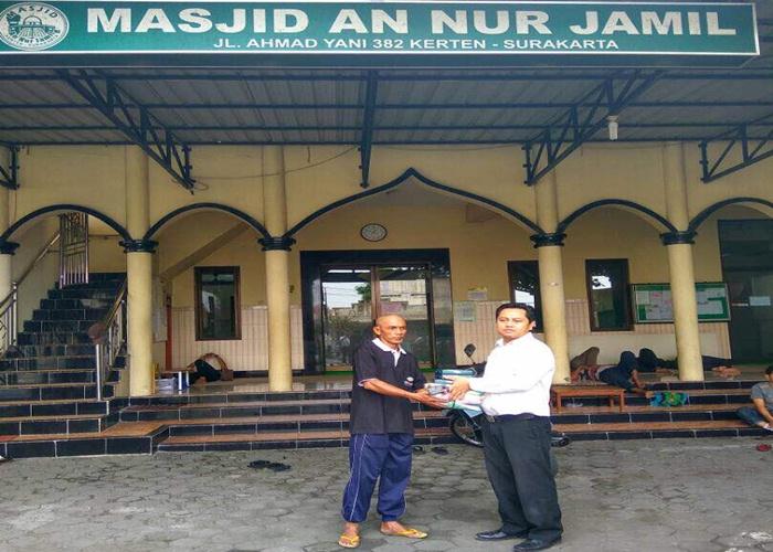 Sunan Hotel Solo Bagikan Sarung ke Masjid-Masjid