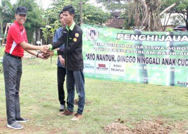 Himagrotek UNIBA Tanam 50 Bibit Buah di Taman Semanggi Solo