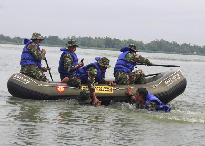 Prajurit Kodim Latihan Evakuasi Laka Air