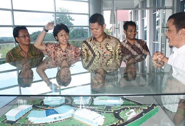 Diaz Arjun Ardian, Sekretaris HIPMI Solo, saat mendampingi Raja Sapta Oktahari, Ketua HIPMI Pusat, mengunjungi Solo Techno Park, Selasa (17/1/2012)